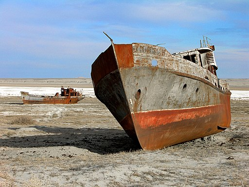 Trockenliegende Schiffswracks am Aralsee. The Aral sea is drying up. Bay of Zhalanash, Ship Cemetery, Aralsk, Kazakhstan
