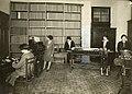 Ufficio postale. Donne al lavoro.jpg