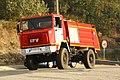 Una camión motobomba de bomberos de bombde la Xunta de Galicia en la carretera Porriño-Gondomar a su paso por Vincios, en una de las zonas incendiadas (37462447490).jpg