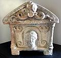 Urna con busto di persefone-phersipnei e sul coperchio scilla , Ii secolo ac, dalla necropoli del palazzone (PG).jpg