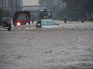 2013 Jakarta flood - Image: VOA A car tries to drive through Jakarta's flooded streets
