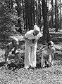 Van der Polls vrouw Nell Langlais (met fototoestel) en zijn stiefdochters Hans (, Bestanddeelnr 189-0495.jpg