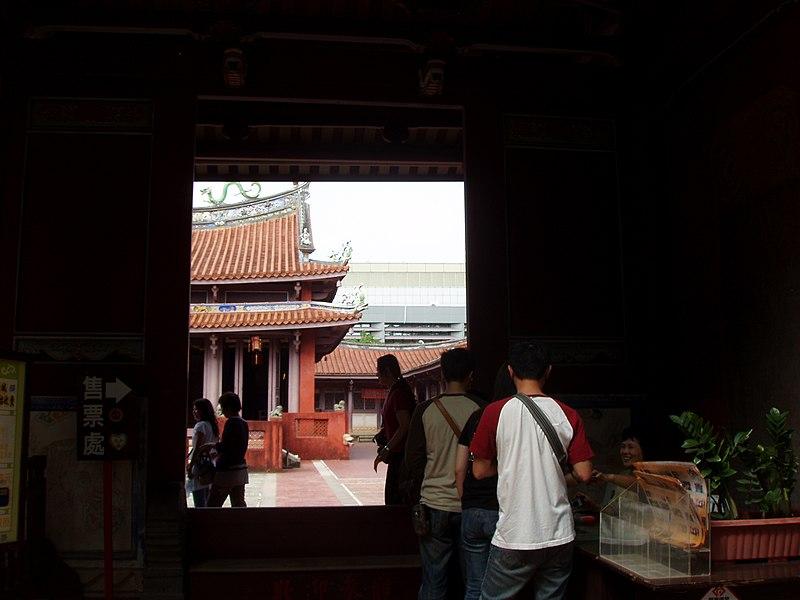 File:Visitors in Tainan Confucius Temple.jpg