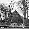 Voorgevel van houten boerderij, voordeur met bovenlicht in het midden, schuiframen met roedenverdeling en luiken, klein ovaal venster in de geveltop - Aalsmeer - 20407135 - RCE.jpg
