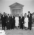 Voorste rij v.l.n.r. Max van der Stoel, Jan Terlouw, Dries van Agt, koningin Bea, Bestanddeelnr 931-6740.jpg