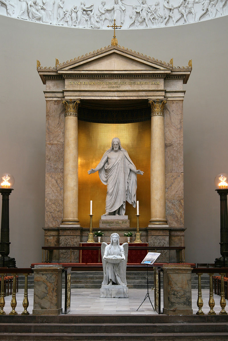 https://upload.wikimedia.org/wikipedia/commons/thumb/b/b6/Vor_Frue_Kirke_Copenhagen_altar.jpg/800px-Vor_Frue_Kirke_Copenhagen_altar.jpg