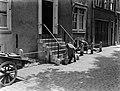 Vrouwen bezig met schoonmaakwerkzaamheden op de Lijnbaansgracht te Amsterdam, Bestanddeelnr 189-0517.jpg