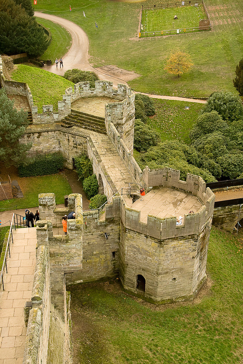 https://upload.wikimedia.org/wikipedia/commons/thumb/b/b6/Warwick_Castle%27s_Bear_and_Clarence_Towers.jpg/800px-Warwick_Castle%27s_Bear_and_Clarence_Towers.jpg