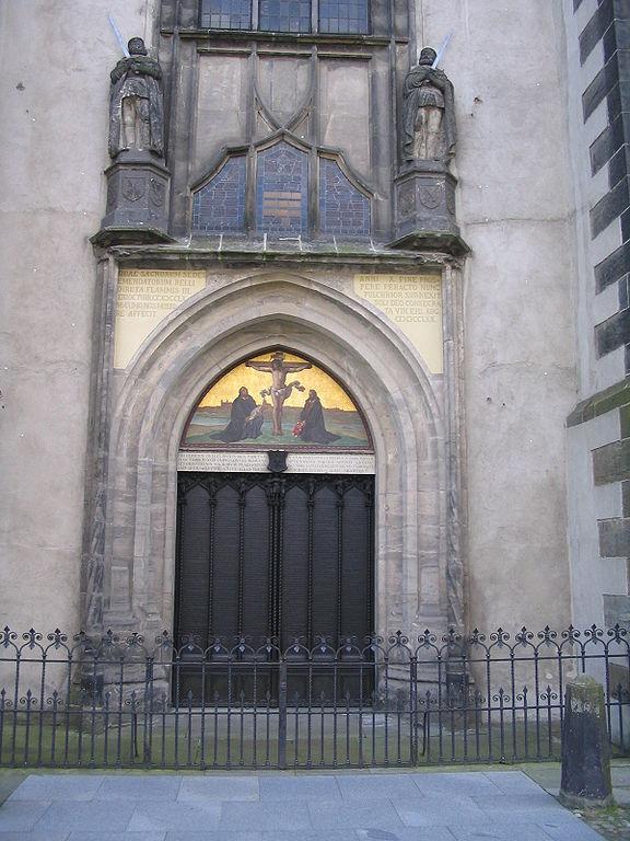 [576px-Wittenberg_Schlosskirche_Thesentuer]