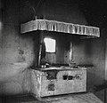 """""""Plaka"""" (železo pri štedilniku) in ognjišče z napo, Marinerka, Dekani 1949.jpg"""