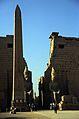 Ägypten 1999 (266) Tempel von Luxor- Vorhof, Obelisk und Pylone (27723685824).jpg