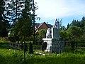 Вид сзади на памятник и братскую могилу.jpg