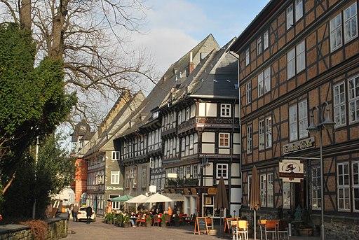 Brauhaus Goslar (rechts) am Marktkirchof mit Blick ostwärts zum MarktФахверковые дома, улицы Гослара