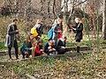 Школьники на экскурсии в саду Травникова.jpg