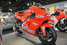 La Yamaha YZR 500 del Team Marlboro, con la quale Biaggi corse il motomondiale del 2001, cogliendo al Sachsenring l'ultima vittoria Yamaha nella classe 500.