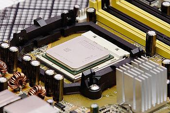 Uno de los actuales microprocesadores de 64 bits y doble núcleo, un AMD Athlon 64 X2 3600.