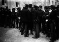 A ditadura de Pimenta de Castro manda encerrar o Parlamento, o senador Bernardino Machado manifesta o seu protesto a um militar da Guarda Nacional Republicana, 1915.png