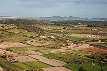 phototographie aérienne oblique. Dans une région horizontale, Champs cultivés en paysage d'openfield.À l'horizon présence de montagnes