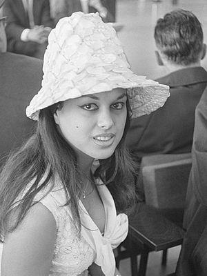 Lampshade hat - Image: Aliza Gur op Schiphol