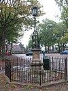 foto van Lantaren met hek voor het hoofdinrijhek aan de margaretha turnorlaan