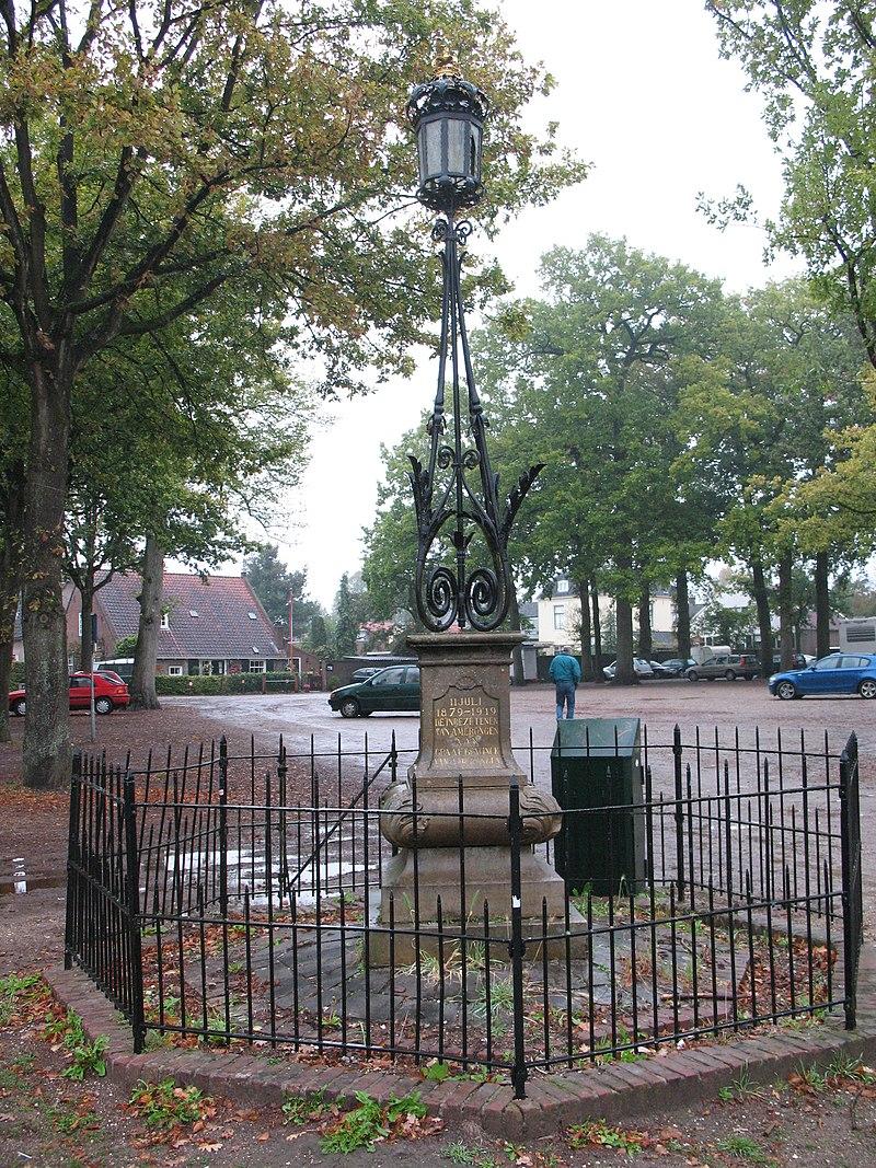 Lantaren met hek voor het hoofdinrijhek aan de margaretha turnorlaan in amerongen monument - Toren voor pergola ...
