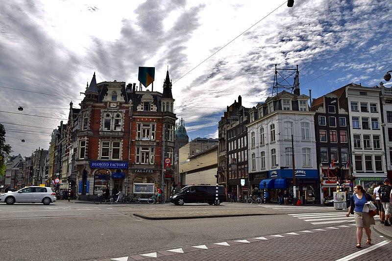 Власти Амстердама решили ограничить скорость движения транспорта по большинству дорог города пределом в 30 км/ч