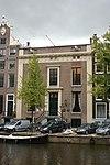 foto van Dubbel huis met gevel van drie traveeën met zandstenen hoeklisenen, deuromlijsting en triglyfenlijst en bakstenen attiek