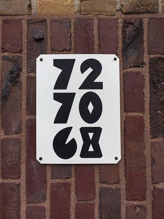 Numéro de rue sur un immeuble de l'école d'architecture d'Amsterdam