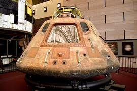 Photographie en couleur de la capsule d'Apollo 11 exposée dans un musée.