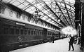 Archivo General de la Nación Argentina 1900 Buenos Aires, Senador Carlos Pellegrini a punto de abordar el tren en la estación Constitución.jpg