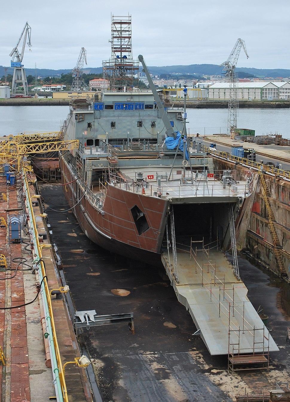 Un dos diques de reparacións cun buque militar.