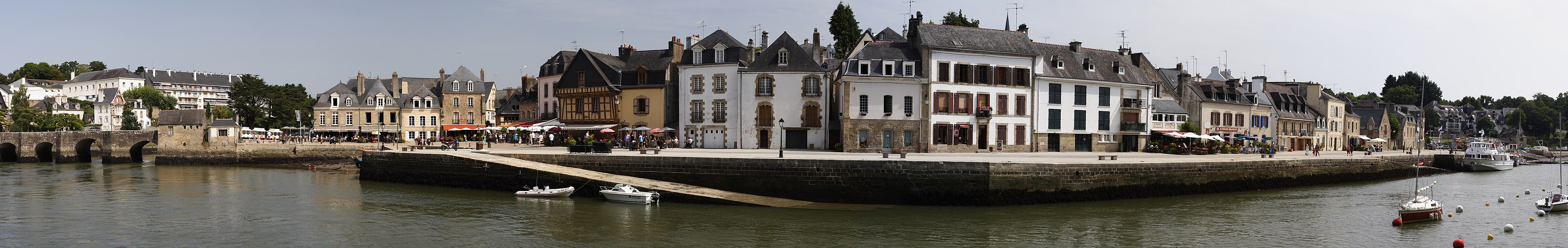 Quai Franklin in Auray, France. Panorama created with Hugin from 16 images taken with a Canon EOS 350D and a Canon 50mm f/1.4 @ f/8.