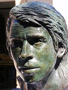 Busto di bronzo realizzato in occasione del 30º dalla sua morte