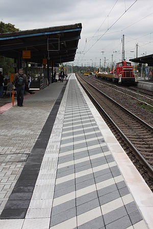 Gütersloh Hauptbahnhof - New platform edge on track 2 completed in August 2010: the shaded edge draws attention to the danger of ICE trains passing at 200 km/h.
