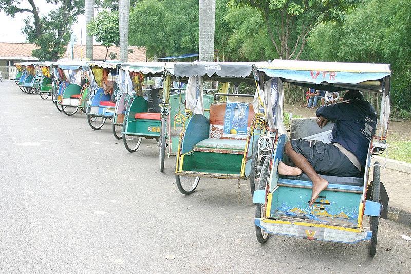 Les véhicules Rickshaw ou tricycles 800px-Becak_Bogor