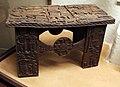 Benin, edo, sgabelli in legno 00.jpg