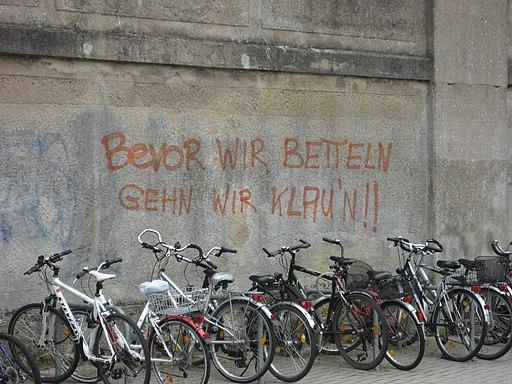Bevor wir betteln gehn wir klaun - Graffiti am Bahnhof Celle