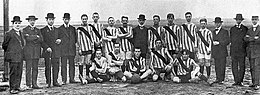 I calciatori del Borussia Dortmund nel 1913, con indosso la prima casacca: bianca-blu, con una cintura rossa in diagonale.