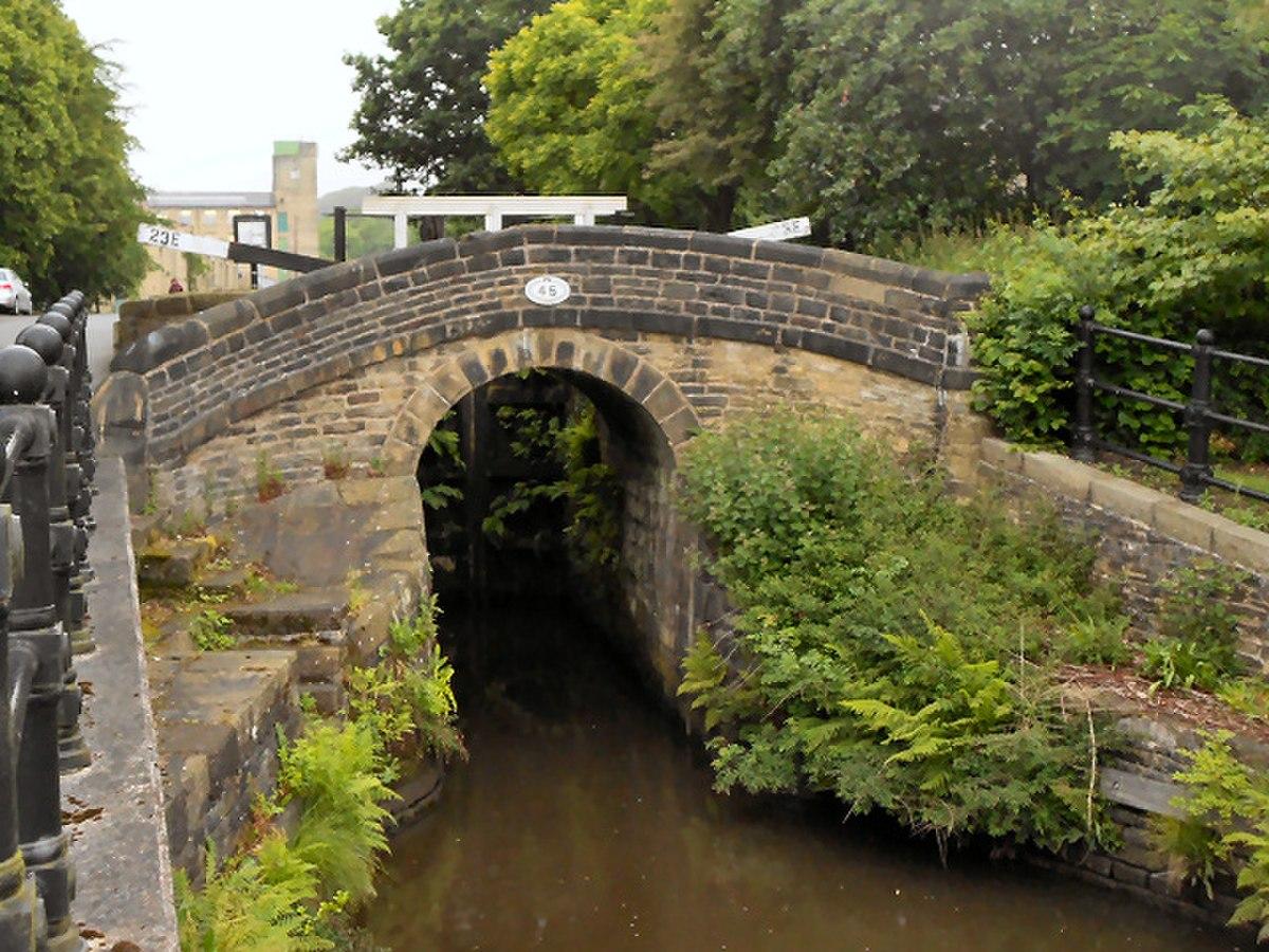 Bridge No 45, Huddersfield Narrow Canal.jpg