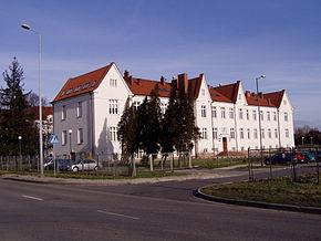 Budova bývalého Polského Tabákového Monopolu (Polski Monopol Tytoniowy), v němž byli dočasně umístěni první vězňové KL Auschwitz. Dnes sídlo Vyšší odborné školy