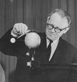 Diedrich Wattenberg - Diedrich Wattenberg explaining the trajectory of a Soviet lunar rocket to a group of school children (1959)