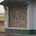 Buntglasfenster der Aufbahrungshalle am Friedhof Hölles.jpg
