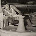COLLECTIE TROPENMUSEUM Een pottenbakker aan het werk TMnr 60052171.jpg