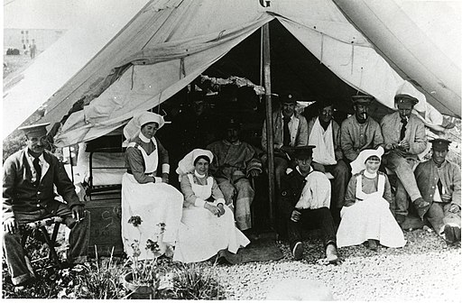 Canadian nurses with wounded soldiers