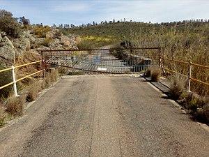 Carretera cortada sobre el puente.jpg