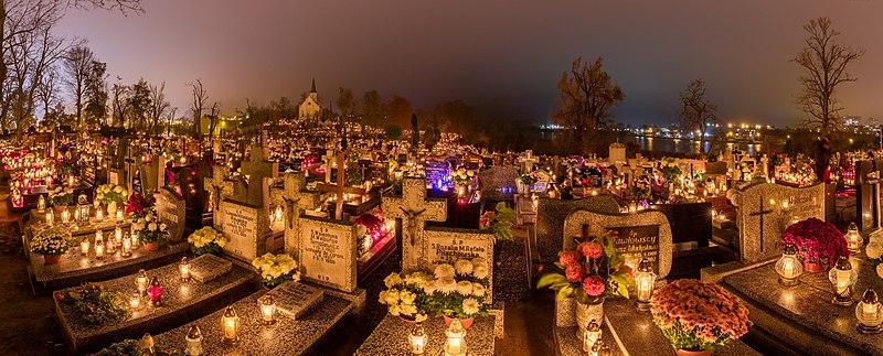 Celebración de Todos los Santos, cementerio de la Santa Cruz, Gniezno, Polonia, 2017-11-01