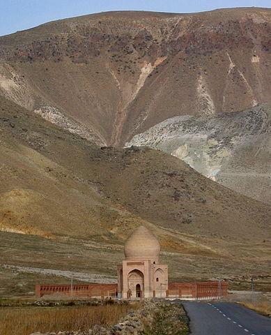 http://upload.wikimedia.org/wikipedia/commons/thumb/b/b7/Chaldiran_Battlefield_Site_in_2004.JPG/389px-Chaldiran_Battlefield_Site_in_2004.JPG