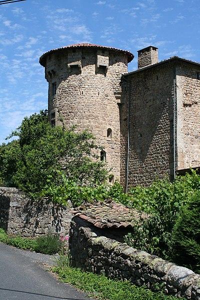 Château de la Motte depuis Brolles (Accons). Une pancarte indique: Altitude 520m