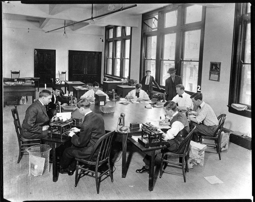 Cincinnati Post city copy desk, 1910