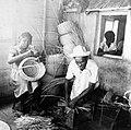 Collectie NMvWereldculturen, TM-10021729, Repronegatief 'Mandenvlechters', fotograaf niet bekend, 1910-1950.jpg